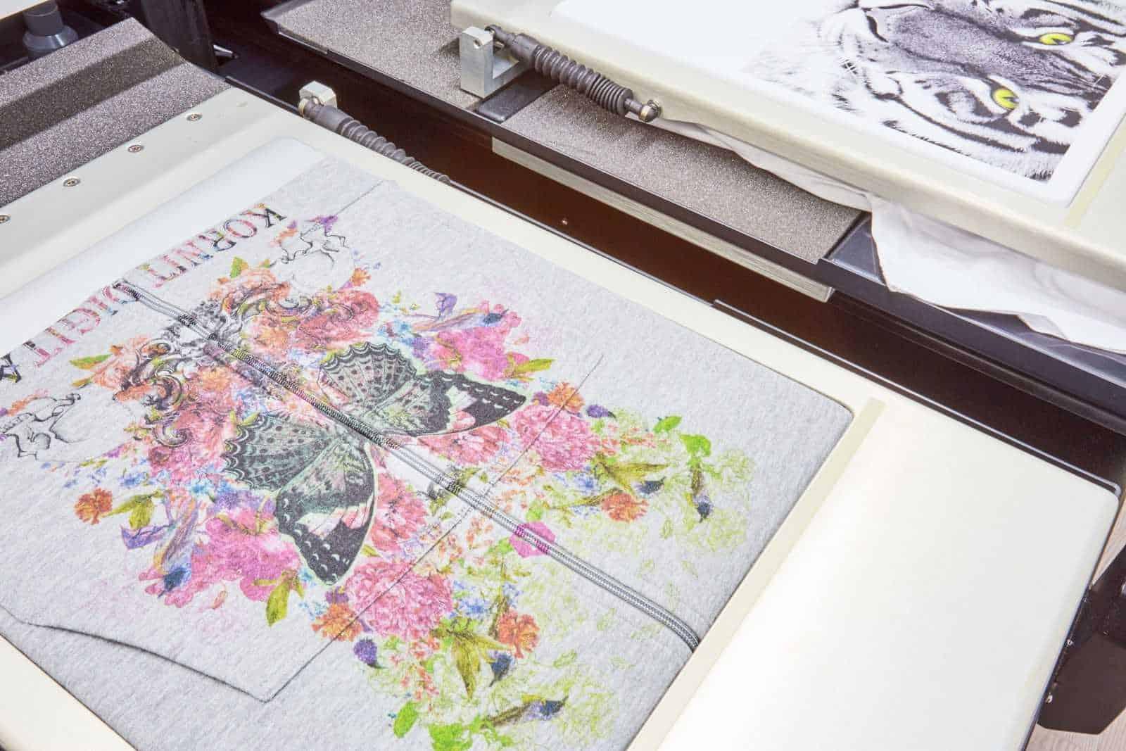 Digitaldruck Beispiel bedruckter Sweater (über Reißverschluss)