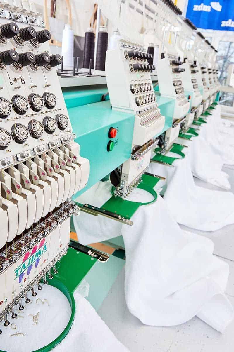 mehrköpfige Stickmaschine mit Stickrahmen bestickt Polos und Hoodies