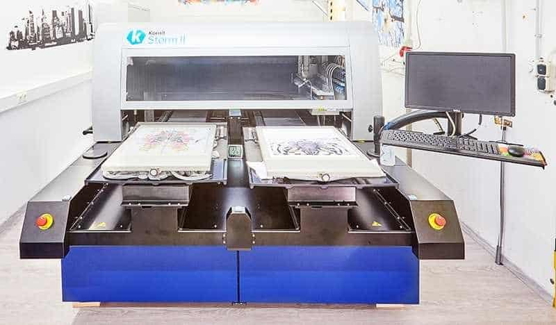 Digitaldruckmaschine druckt direkt auf Tshirts, Sweatshirts und Hoodies