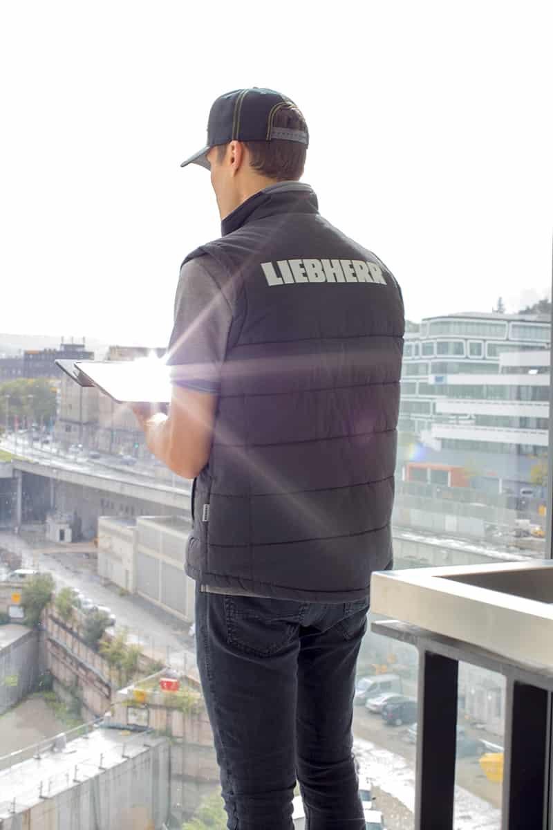 Mann mit Arbeitsweste und Workwear Arbeitskleidung